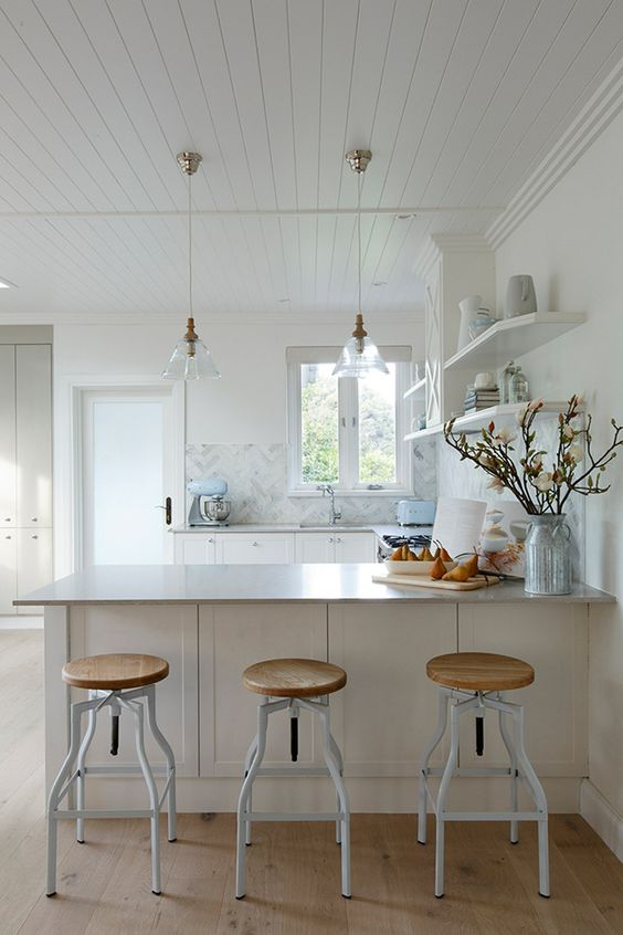 white hamptons kitchen with a marble splash back